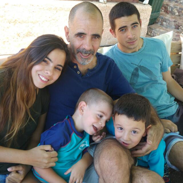 פול אלמקייס מרצה ומאלף כלבים. יושב עם ארבעת הילדים שלו מאושרים