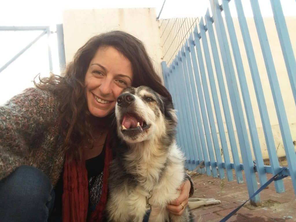 יעל פרץ בוגרת מחזור כלבנות מרס 2016 מצולמת עם הכלב הבורדר קולי החתיך מייקי